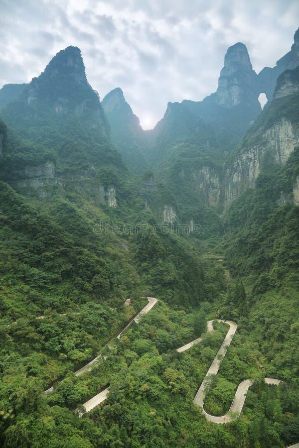 Άποψη του δρόμου με πολλ'ες στροφές του εθνικού πάρκου βουνών Tianmen στοκ εικόνες