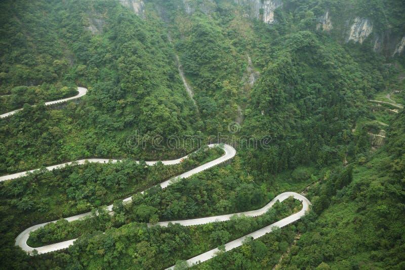 Άποψη του δρόμου με πολλ'ες στροφές του εθνικού πάρκου βουνών Tianmen στοκ φωτογραφίες με δικαίωμα ελεύθερης χρήσης