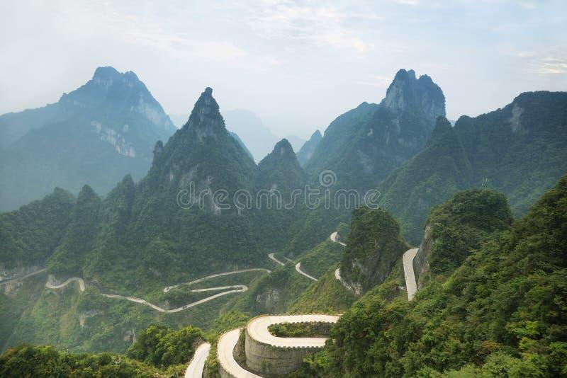 Άποψη του δρόμου με πολλ'ες στροφές του εθνικού πάρκου βουνών Tianmen στοκ εικόνα με δικαίωμα ελεύθερης χρήσης
