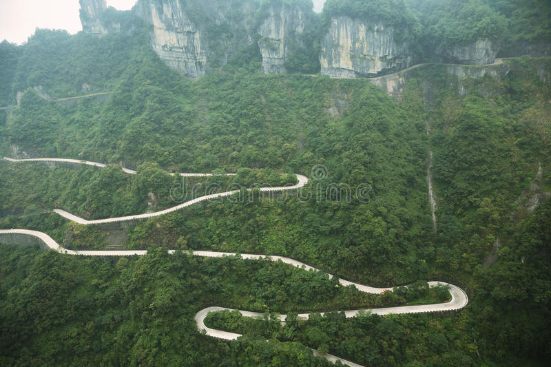 Άποψη του δρόμου με πολλ'ες στροφές του εθνικού πάρκου βουνών Tianmen στοκ φωτογραφία