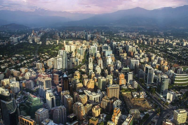 Άποψη του Σαντιάγο de Χιλή με τη σειρά βουνών Los Άνδεις στην πλάτη στοκ εικόνα