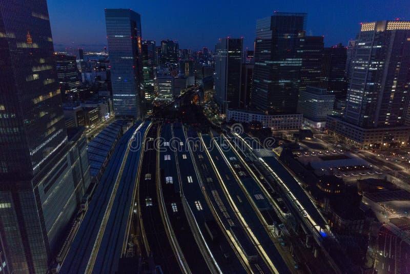 Άποψη του σιδηροδρομικού σταθμού νύχτας στην πόλη του Τόκιο, Ιαπωνία στοκ φωτογραφίες