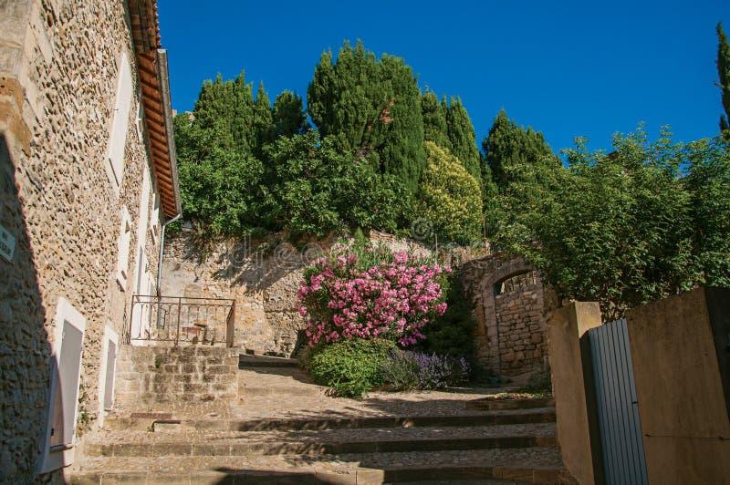 Άποψη του σπιτιού, της σκάλας και των λουλουδιών πετρών σε châteauneuf-de-Gadagne στοκ εικόνα