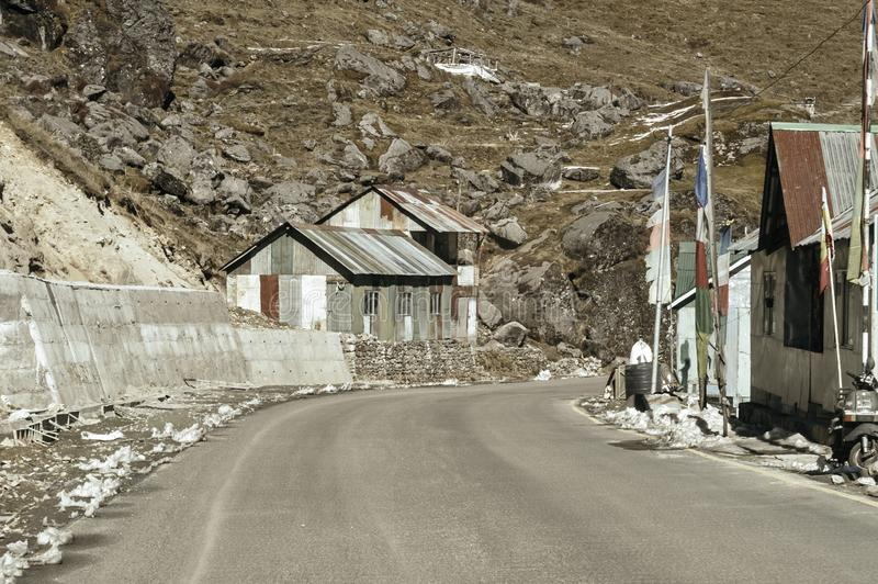 Άποψη του στρατιωτικού στρατόπεδου από την οδική πλευρά εθνικών οδών στο πέρασμα Nathula των συνόρων της Ινδίας Κίνα κοντά στο πέ στοκ φωτογραφία με δικαίωμα ελεύθερης χρήσης