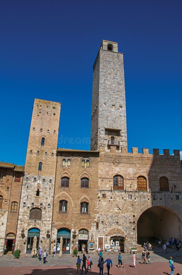 Άποψη του τετραγώνου με τους ανθρώπους, το παλαιούς κτήριο και τον πύργο στο SAN Gimignano στοκ φωτογραφία