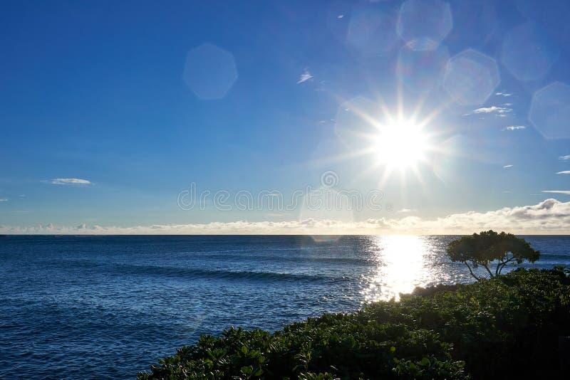 Άποψη του της Χαβάης ωκεανού με το ελαφρύ λαμπύρισμα ήλιων στην επιφάνειά του στοκ φωτογραφία με δικαίωμα ελεύθερης χρήσης