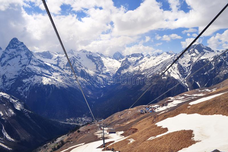Άποψη του τοπίου και των σχοινιών βουνών: σειρές βουνών, άσπρα σύννεφα στοκ φωτογραφία με δικαίωμα ελεύθερης χρήσης
