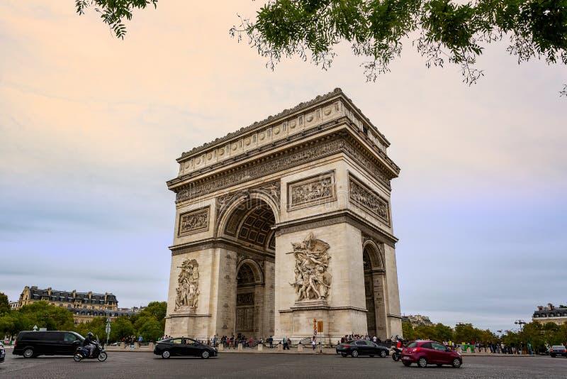 Άποψη του τόξου de Triomphe από το Champs Elysees στο Παρίσι στοκ φωτογραφία με δικαίωμα ελεύθερης χρήσης