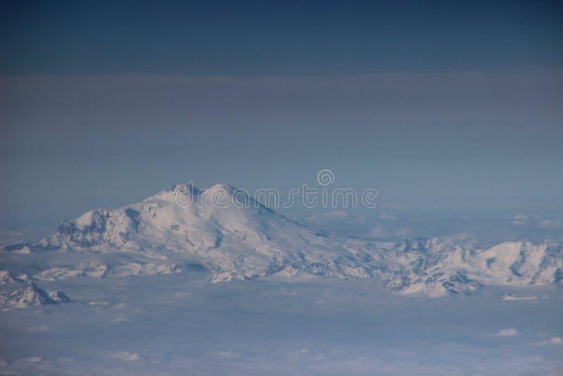 Άποψη του υποστηρίγματος Elbrus από ένα παράθυρο αεροπλάνων στοκ φωτογραφία