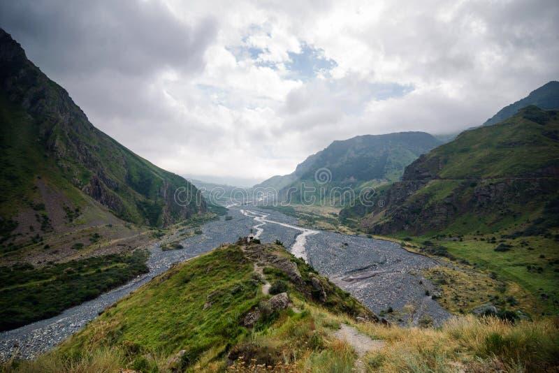 Άποψη του φαραγγιού και του ποταμού Terek Darial στοκ εικόνα