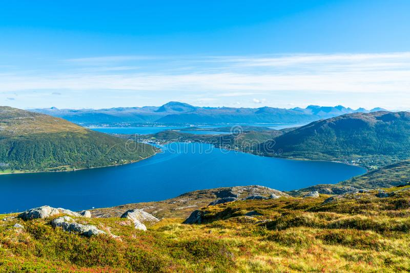 Άποψη του φιορδ Kakdfjorden στη δυτική ακτή του νησιού Kvaloya, Νορβηγία στοκ εικόνες