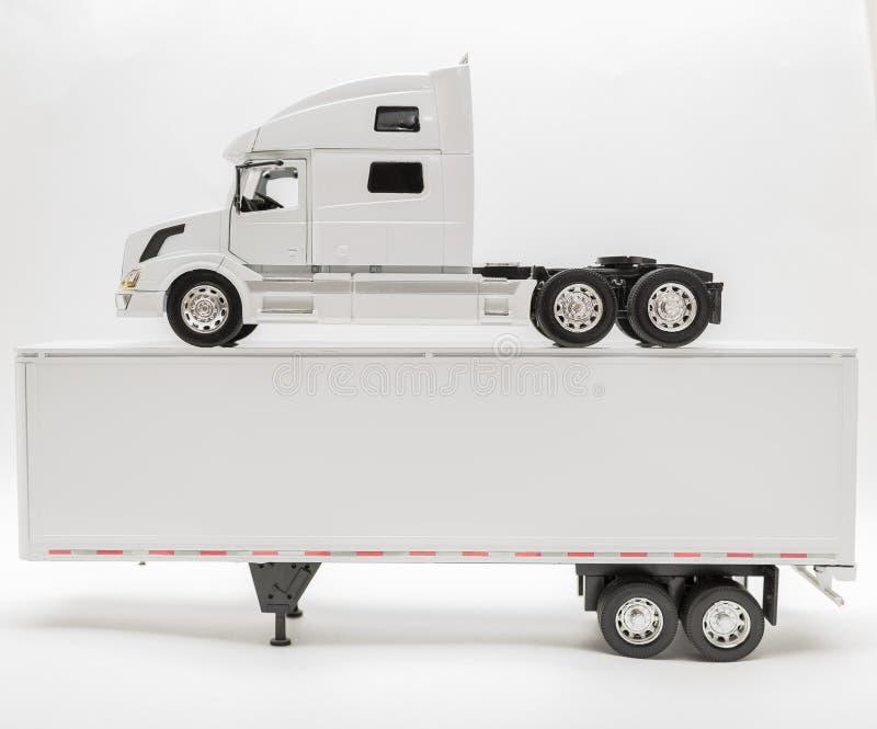Άποψη του φορτηγού μεταφορών και του προτύπου ρυμουλκών στο άσπρο, γκρίζο υπόβαθρο στοκ φωτογραφία