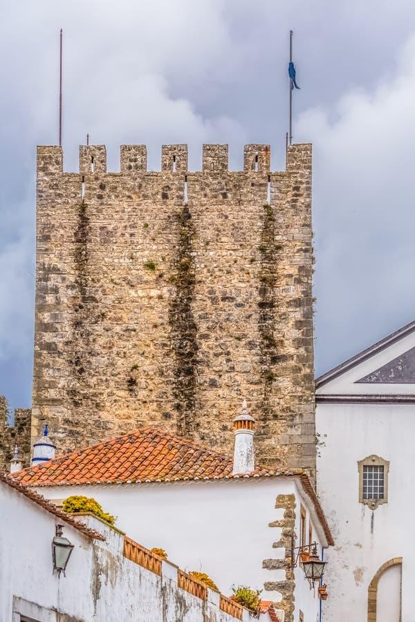 Άποψη του φρουρίου και του ρωμαϊκού κάστρου Luso «bidos Ã, με τα κτήρια της πορτογαλικής ιδιωματικής αρχιτεκτονικής και τον ουραν στοκ φωτογραφίες με δικαίωμα ελεύθερης χρήσης