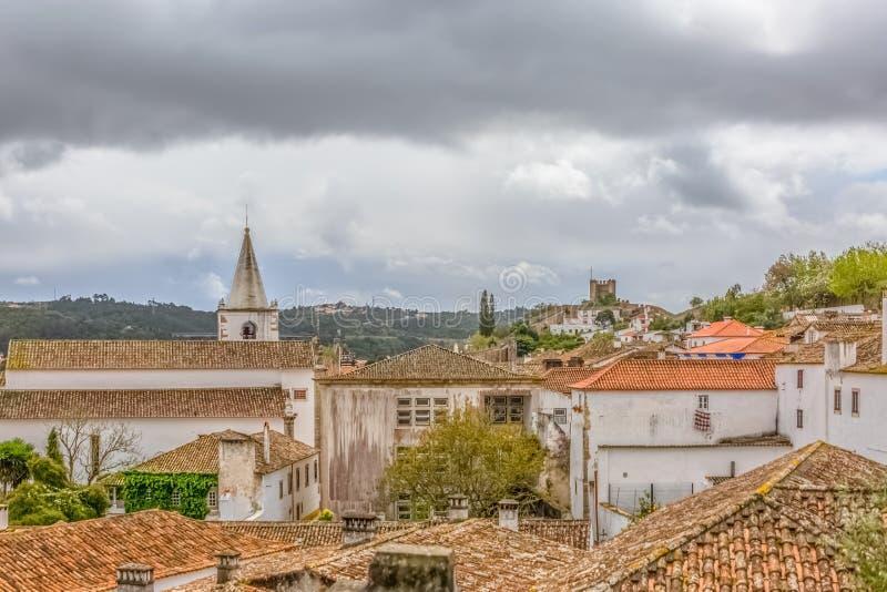 Άποψη του φρουρίου και του ρωμαϊκού κάστρου Luso «bidos Ã, με τα κτήρια της πορτογαλικής ιδιωματικής αρχιτεκτονικής και τον ουραν στοκ φωτογραφία