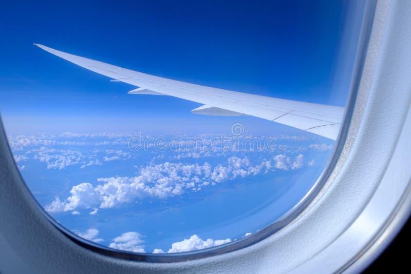 Άποψη του φτερού των αεροσκαφών και των σύννεφων από την παραφωτίδα στοκ εικόνες με δικαίωμα ελεύθερης χρήσης