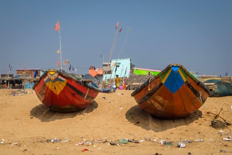 Άποψη του χωριού αλιευτικών σκαφών και ψαράδων στην παραλία σε Puri στοκ φωτογραφία