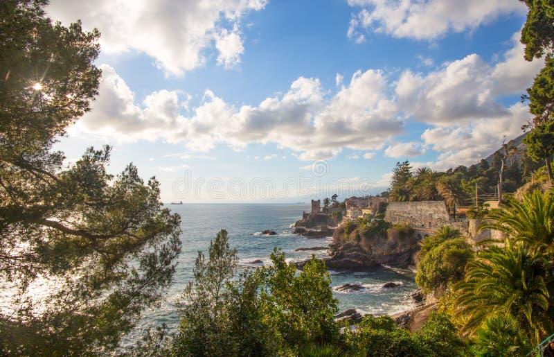 Άποψη του χωριού θάλασσας Nervi στην από τη Λιγουρία ακτή της Γένοβας, Ιταλία στοκ εικόνα με δικαίωμα ελεύθερης χρήσης
