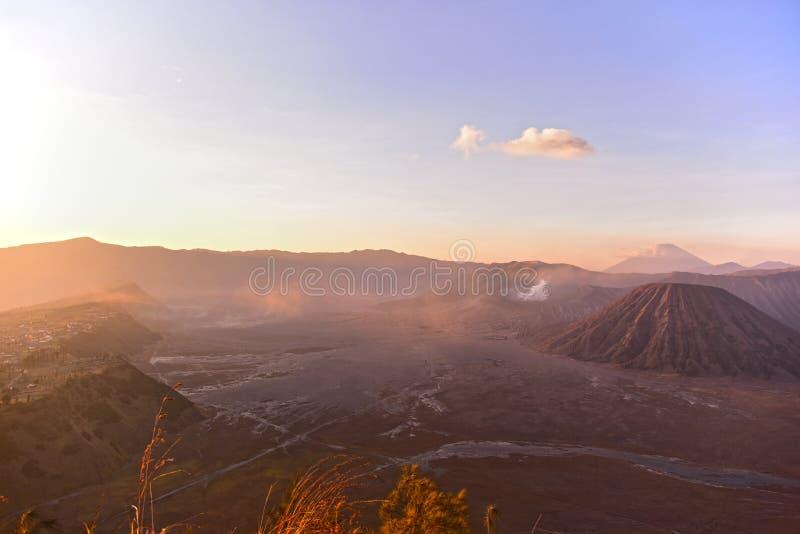 Άποψη του χωριού υποστηριγμάτων Bromo, Batok και Cemoro Lawang στοκ εικόνα