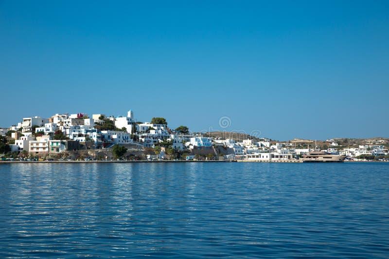 Άποψη του χωριού adamantas από τη θάλασσα στοκ εικόνες με δικαίωμα ελεύθερης χρήσης