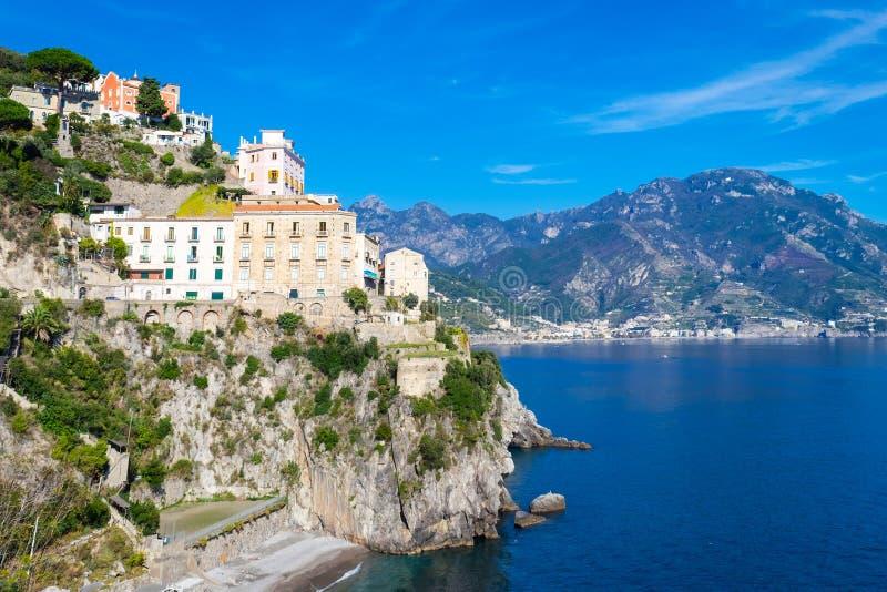 Άποψη του χωριού Atrani κατά μήκος της ακτής της Αμάλφης στην Ιταλία στοκ φωτογραφία