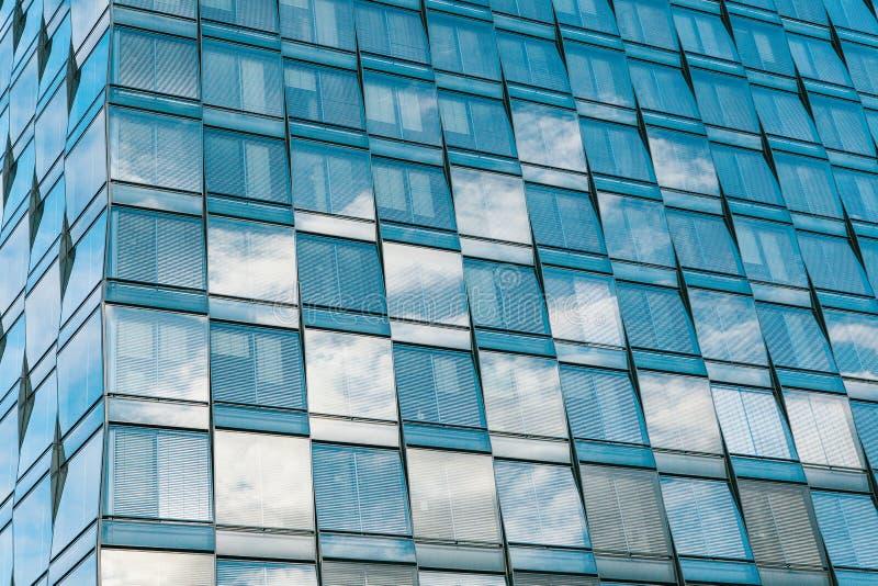 Άποψη του όμορφου σύγχρονου φουτουριστικού κτηρίου Επιχειρησιακή έννοια της επιτυχούς βιομηχανικής αρχιτεκτονικής στοκ εικόνες