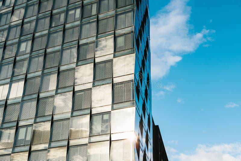 Άποψη του όμορφου σύγχρονου φουτουριστικού κτηρίου Επιχειρησιακή έννοια της επιτυχούς βιομηχανικής αρχιτεκτονικής στοκ φωτογραφίες