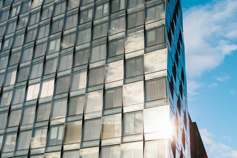 Άποψη του όμορφου σύγχρονου φουτουριστικού κτηρίου Επιχειρησιακή έννοια της επιτυχούς βιομηχανικής αρχιτεκτονικής στοκ εικόνα