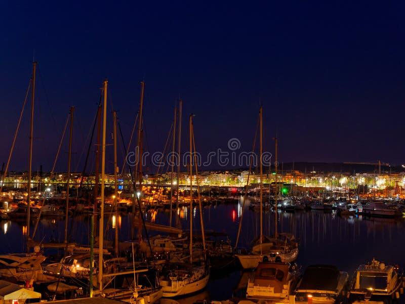 Άποψη του alghero τη νύχτα Μια όμορφη πόλη δονούμενη Σαρδηνία, Ιταλία στοκ εικόνες