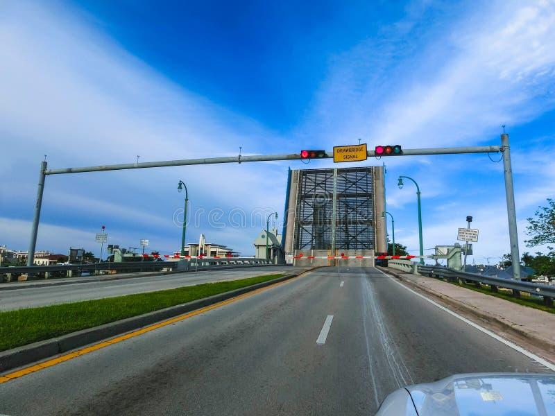 Άποψη του Fort Lauderdale με την ανοικτή γέφυρα κατά τη διάρκεια της ηλιόλουστης ημέρας στοκ φωτογραφία