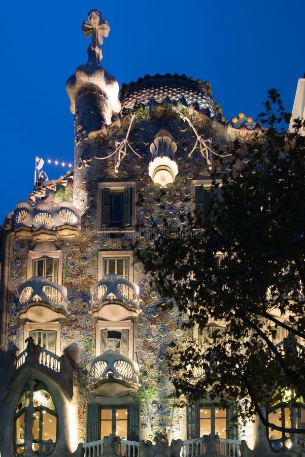Άποψη του Gaudi Casa Battlo στη Βαρκελώνη τη νύχτα - 1 στοκ εικόνα με δικαίωμα ελεύθερης χρήσης