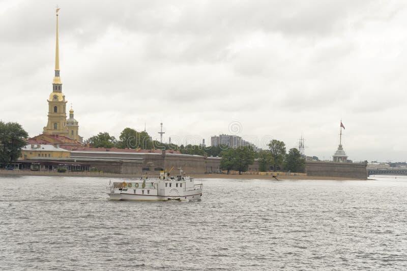 Άποψη του Neva από τη γέφυρα Troitsky στη Αγία Πετρούπολη στοκ φωτογραφία με δικαίωμα ελεύθερης χρήσης