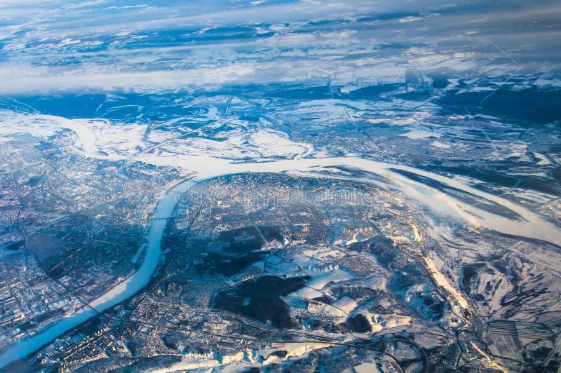 Άποψη του Novgorod και της θέσης των συγχωνεύοντας ποταμών Βόλγας και Oka από το παράθυρο αεροπλάνων στοκ φωτογραφίες
