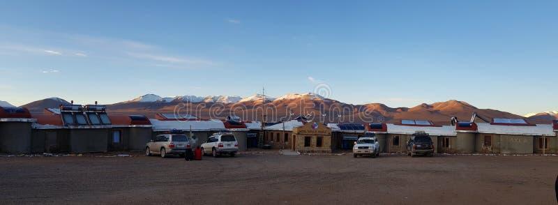 Άποψη του Tayka del Desierto ξενοδοχείου που βρίσκεται σε 4.500 μέτρα επάνω από τη θάλασσα - επίπεδο στην έρημο Siloli, Βολιβία στοκ εικόνες