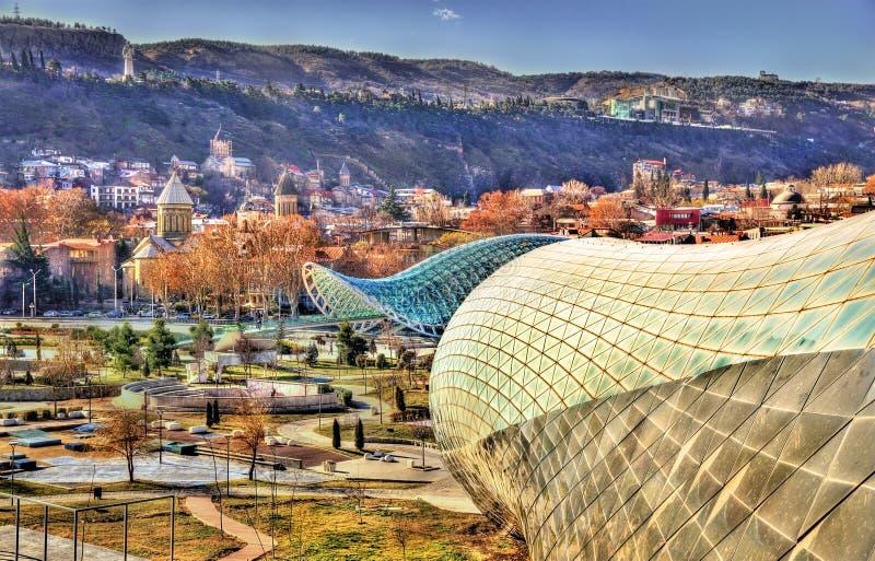 Άποψη του Tbilisi με το ατελές πολιτιστικό κέντρο στοκ φωτογραφία με δικαίωμα ελεύθερης χρήσης