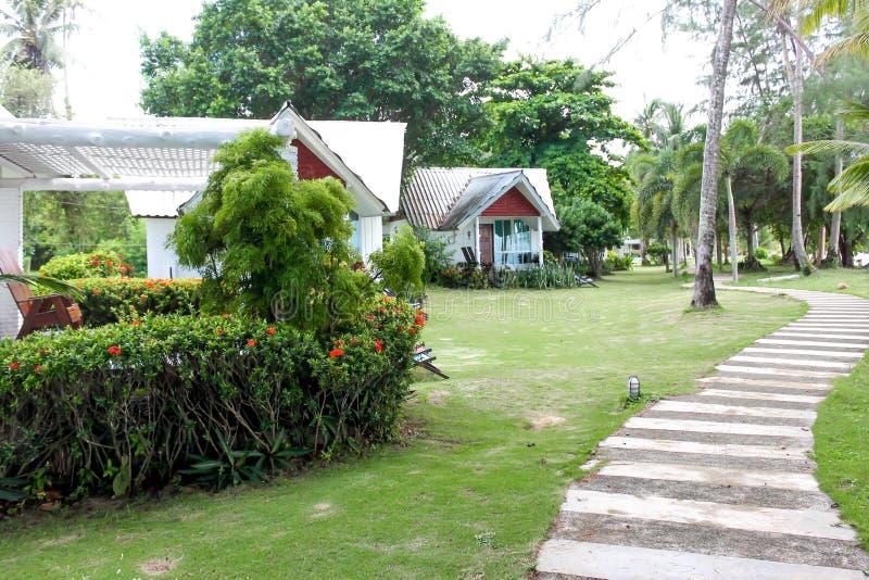 Άποψη των άσπρων ενιαίων μπανγκαλόου στην Ταϊλάνδη Koh Mak νησί στοκ φωτογραφία