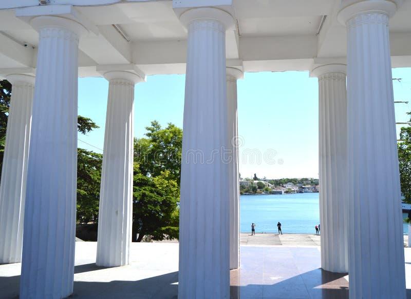 Άποψη των άσπρων στηλών και του περιπάτου θάλασσας μια ηλιόλουστη θερινή ημέρα, θέρετρο, τουριστικό αξιοθέατο στοκ εικόνα