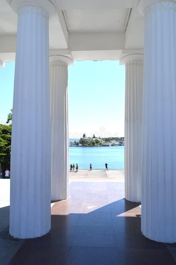 Άποψη των άσπρων στηλών και του περιπάτου θάλασσας μια ηλιόλουστη θερινή ημέρα, θέρετρο, τουριστικό αξιοθέατο στοκ φωτογραφία με δικαίωμα ελεύθερης χρήσης