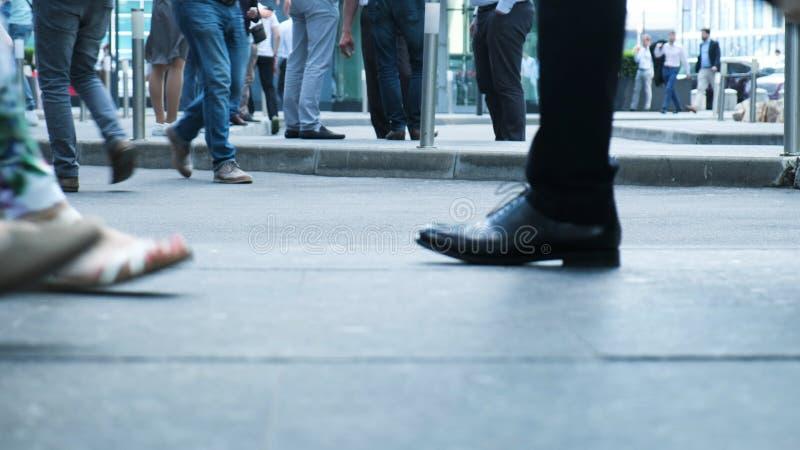 Άποψη των ανθρώπινων ανθρώπων ποδιών που περπατούν στη συσσωρευμένη μετακίνηση οδών της για τους πεζούς ενεργού ζωής πόλεων περιπ στοκ φωτογραφίες με δικαίωμα ελεύθερης χρήσης