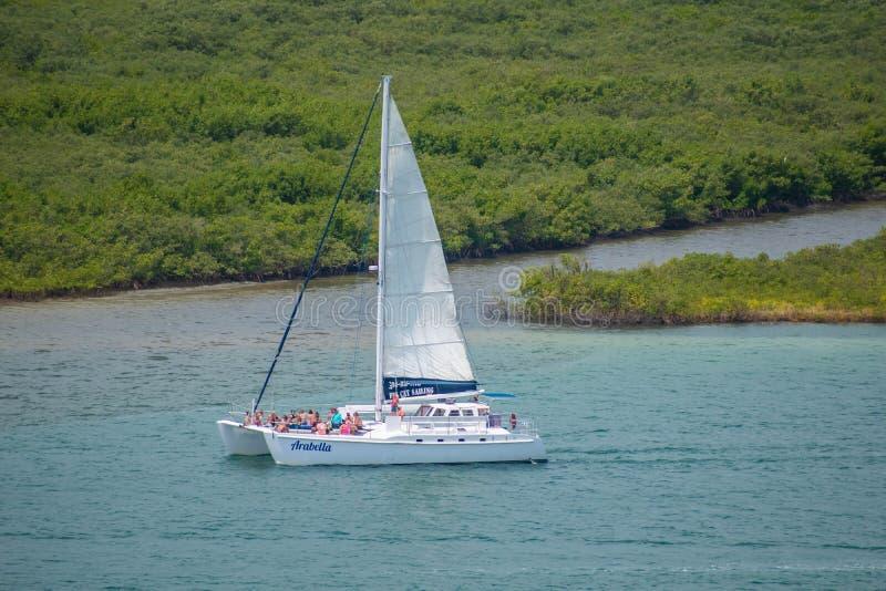 Άποψη των ανθρώπων που απολαμβάνουν και που πλέουν με sailboat από το φάρο 1 στοκ φωτογραφίες με δικαίωμα ελεύθερης χρήσης