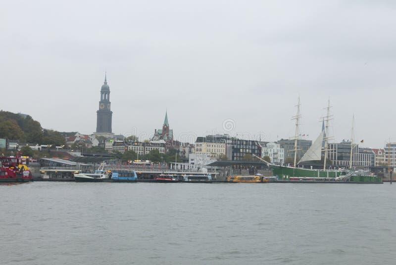 Άποψη των αποβαθρών του ST Pauli, ένας από σημαντικό τουρίστα του Αμβούργο ` s attr στοκ φωτογραφία
