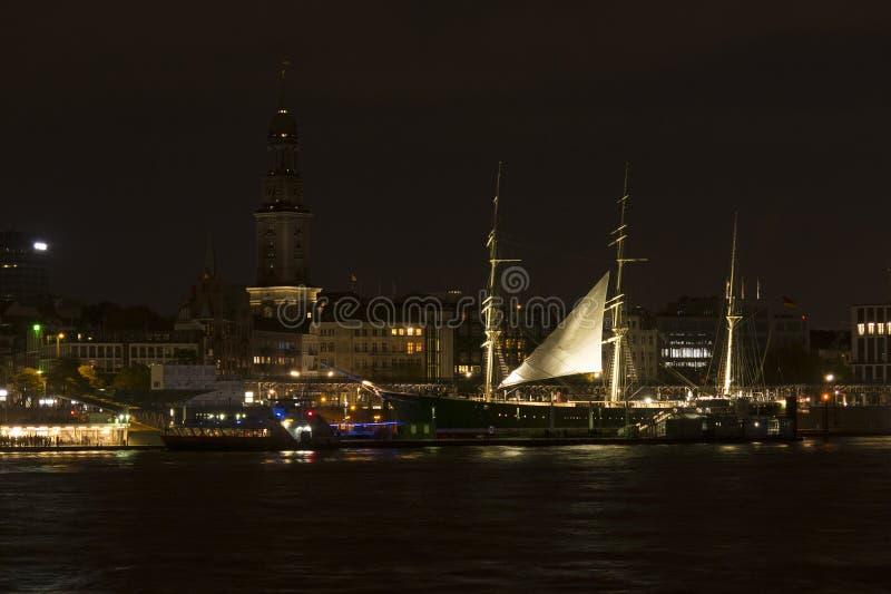Άποψη των αποβαθρών του ST Pauli τή νύχτα, ένα από σημαντικό tou του Αμβούργο ` s στοκ φωτογραφία
