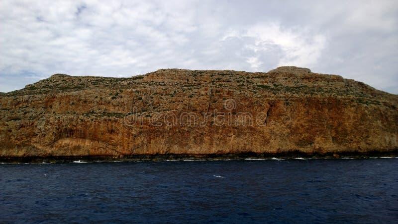 Άποψη των απότομων βράχων από το σκάφος που πλέει στο νησί Gramvousa και τον κόλπο Balos στοκ εικόνες με δικαίωμα ελεύθερης χρήσης