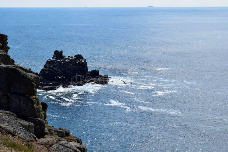 Άποψη των απότομων βράχων στο τέλος εδαφών, Κορνουάλλη, Αγγλία στοκ εικόνα με δικαίωμα ελεύθερης χρήσης
