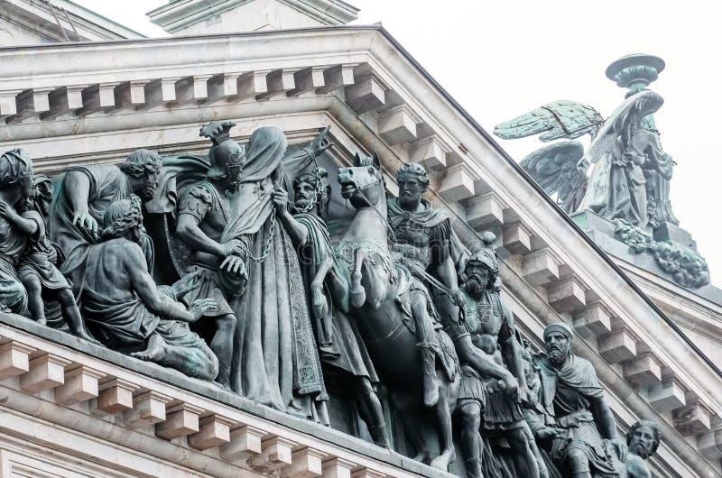 Άποψη των αρχαίων αγαλμάτων του στόκου και του θόλου του καθεδρικού ναού Πετρούπολη του ST Isaac ` s στοκ φωτογραφία
