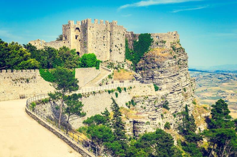 Άποψη των αρχαίων φρουρίων της πόλης Erice στο εκλεκτής ποιότητας ύφος στοκ εικόνα