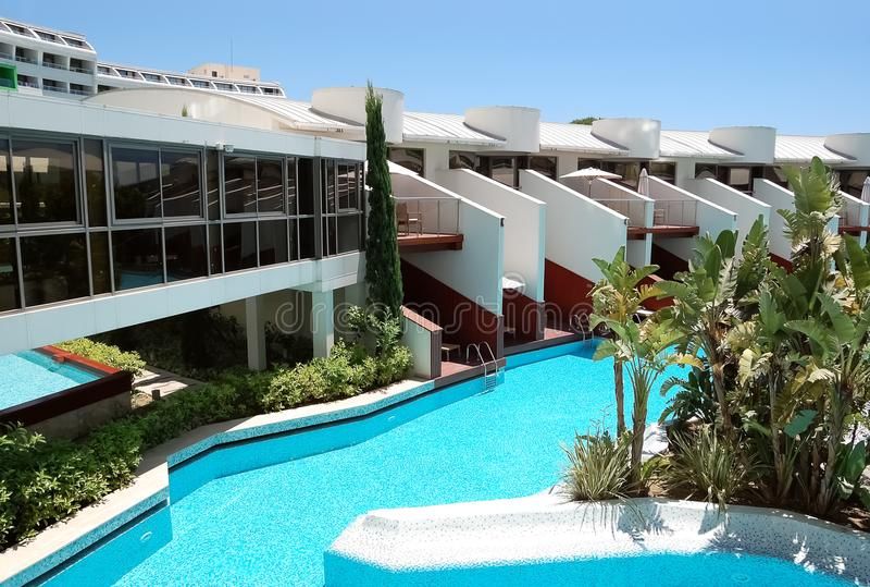 Άποψη των αρχικών βιλών και της λίμνης στο τουρκικό ξενοδοχείο πολυτέλειας στοκ εικόνα με δικαίωμα ελεύθερης χρήσης