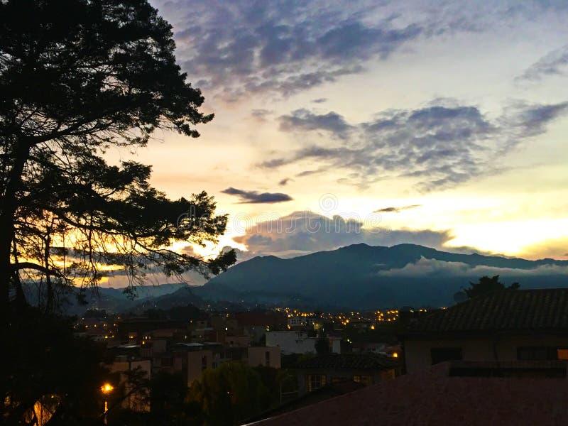 Άποψη των βουνών των Άνδεων από τη στέγη Patio στο ηλιοβασίλεμα στοκ φωτογραφία με δικαίωμα ελεύθερης χρήσης
