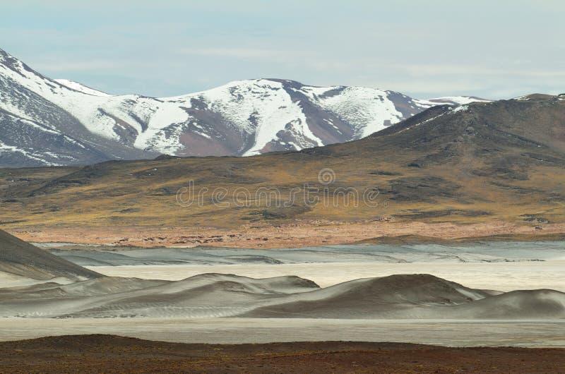 Άποψη των βουνών και της αλατισμένης λίμνης Aguas calientes στο πέρασμα Sico, Χιλή στοκ φωτογραφία
