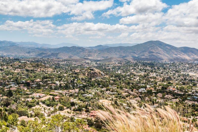 Άποψη των βουνών και της πόλης από την ΑΜ Πάρκο ελίκων στοκ εικόνα