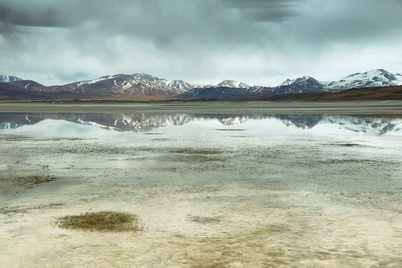 Άποψη των βουνών και Aguas calientes ή της αλατισμένης λίμνης Piedras rojas στο πέρασμα Sico στοκ εικόνα με δικαίωμα ελεύθερης χρήσης